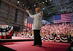 Hillary Clinton har vunnit oväntat stort i Kalifornien. På valvakan hemma i Brooklyn utropade hon sig till segrare i den demokratiska nomineringen. Formellt väljs hon på partikonventet i Philadelphia.