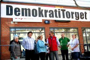 På plats. Demokratitorget i centrala Hallsberg invigdes på måndagen. Partierna kommer att finnas på plats i sina valstugor vid torget varje dag till och med valdagen den 19 september.