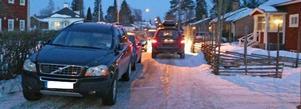 När hockeypubliken bryter mot parkeringsreglerna blir det livsfarligt att bo i närheten av Tegera arena. Det är knappt att en personbil kan ta sig fram och ambulans och brandkår har inte en chans att rädda liv. Från och med nu riskerar alla felparkerare dryga böter. Foto: Lars Lindblom