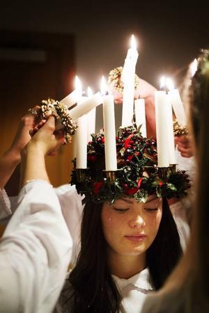 Hon kommer med ljus i hår för att skänka frid och julglädje. Natalie Edholm från Gäddede är Jämtlands lucia 2013.