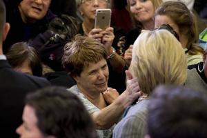 Den här gången har Hillary Clinton vinnlagt sig om en jordnära och ödmjuk valkampanj, skriver Martin Gelin i sin nya bok. Ofta har hon träffat väljare i små grupper i stället för att hålla stora valmöten.