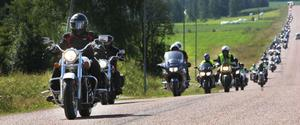 Närmare 200 personer på motorcykel drar igenom Ljusdals kommun på torsdagen med Hälsinglands kommunalråd på motorcykel.