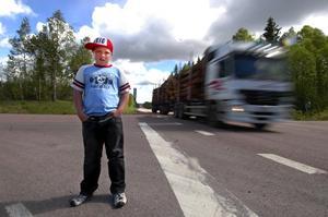 Farlig skolväg. Emil Stehn går i fyran på Västerby skola. Varje dag måste han korsa den tungt trafikerade riksväg 70 för att ta sig till och från Tjärna där han bor.