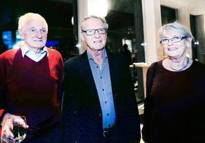 Olof Andersson, Lars-Åke Sund och Agneta Sund säger att de nästan varje gång besöker Trettondagsjazzen. – Men min fru gillar inte den här musiken, därför är jag här ensam och tar ett glas vin