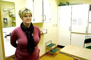 Elisabeth Hjelm, verksamhetsutvecklare vid Kalix sjukhus tror att de flesta kvinnor tycker det är OK att få föda i Sunderbyn.   – Jag tror att man ändå är ganska trygga, även om man visserligen får åka flera gånger till Sunderbyn under slutet av graviditeten och det är inte så kul och är även jobbigt, men jag tror att man känner sig trygg, säger Elisabeth Hjelm.