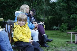 Lotten Fridén har aldrig varit på en spelmansstämma förut. Nu sitter hon på första parkett för att lyssna på farmor Kristina Nilsson.