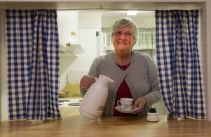Gerd Eriksson håller till inne i köket. Hon bjuder på kaffe, hembakt kaka och bröd.