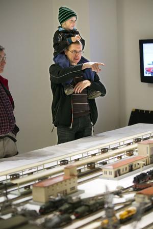 Niklas Olsson hade tagit med sig sonen Malte för att titta på modelljärnvägar.