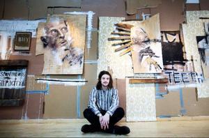 """Christoffer Svensson har bundit ihop sina verk med en bakgrund bestående av gamla tapeter, wellpapp och annat. """"Jag vill att mina tavlor ska bilda en helhet tillsammans"""", säger han."""