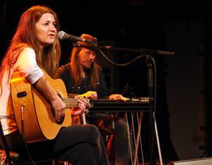 Matraca Berg, från USA, har genom åren förärats tre Grammisar. Till vardags skriver hon låtar till andra och har själv gett ut skivor sedan tidigt 90-tal.