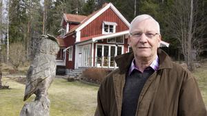 Utsmyckat hem. Veine Eliasson och hans fru Vanja har haft många år på sig att bygga ut och smycka det som till en början var ett sommarställe. Nu bor de nästan året runt i huset.