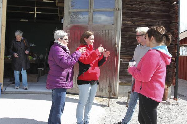 Anna-Carin Zidek som tog initiativet till en gemensam loppisdag hjälpte även till att guida besökarna vidare till andra säljare.