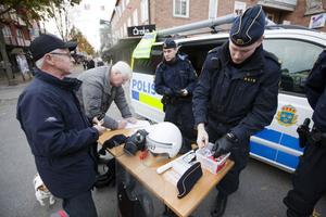 Olle Eriksson och Lennart Jonsson, den senare pensionerad polis, tog ett snack med utryckningspoliserna Patrik och Lars.