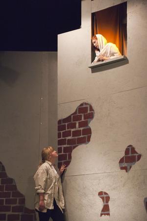 -Romea, Romea, trånar Juliet (Julia Rangemo) från sitt fönster till Nicolina Nordas.