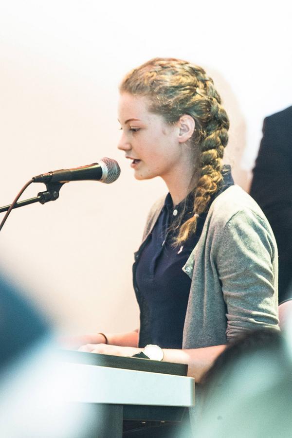 Karolina Bengtsson solosjunger och spelar