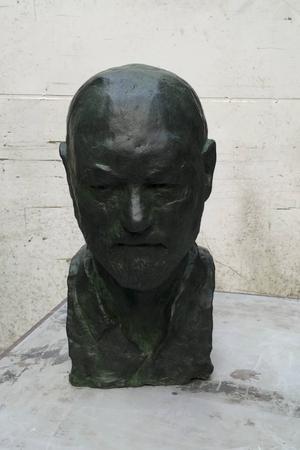 En bronsstaty föreställande vissångaren Olle Adolphson.