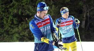 Glidtester är en självklarhet för ett vallateam, men även tester som ser hur skidorna reagerar uppför. Gabriel Hallquist och David Larsson gör sig redo för ett långt glidprov under fredagen.