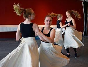 Stora Tuna Folkdansgille gav ett smakprov på vad som komma skall under folkdansstämman Nordlek i Falun i juli.