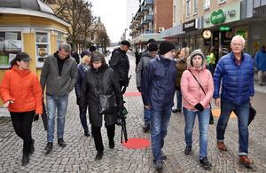 Ett femtontal Nässjöbor följer Meier Andersson på stadsvandring.