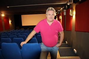 Rino Westberg rustar upp Sagabiografen i Sollefteå. Nu ska stolarna bytas ut.