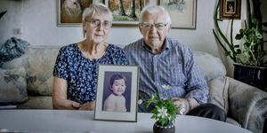 Gun och Lars-Åke Johansson med bilden på deras dotter Lena Wesström när hon var två år och nyligen hade adopteras från Sydkorea.