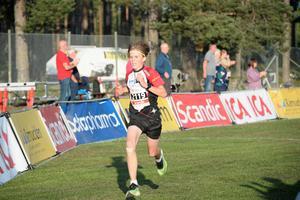 Först in i mål var fjortonåriga Hugo Nordlander. Han sprang fem kilometer på 17.43 minuter.