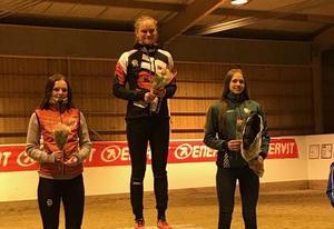 Prispallen i D20, med Hanna Hugosson på första plats, Vilma Blennow på andra plats och Johanna Börjesson Eriksson på tredje plats.