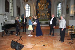 Söderbärkemöljans stipendium delas ut efter Arja Saijonmaas konsert 2017 i Söderbärke kyrka. Från vänster: Carina Nääs, Söderbärkemöljan, stipendiaten Ida Jansson, Arja Saijonmaa, Anders Jansson, Söderbärkemöljan, och Carin Runesson. Foto: Maria Jansson