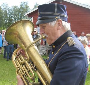 Jan-Olof Oscarsson spelade bastuba iklädd militär musikeruniform från 1800-talet. Foto: Bengt Landervik