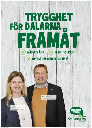 Centerpartiet med landstingskandidat Sofia Jarl och riksdagskandidat Peter Helander vill vinna röster på nära vård och poliser i Dalarna. Foto: Centerpartiet