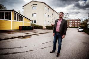 Anders Fredriksson tycker det är helt oacceptabelt med bränderna, han hoppas de boende i Krylbo snart får en vardag med mer positivt.
