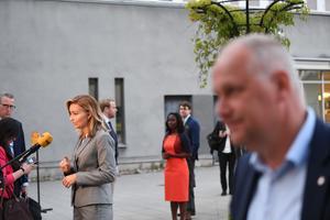 Ebba Busch (KD), Nyamko Sabuni (L) och Jonas Sjöstedt (V) efter partiledardebatten om corona i SVT:s Agenda. Foto: Jonathan Näckstrand / TT.