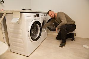 Arbetsledaren Tobias Dahlin kan konstatera att utrustningen i lägenheterna är på plats. I samtliga finns det både tvättmaskin och torktumlare.