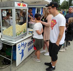 Popcorn, sockervadd och varma chips såldes i stora mängder.