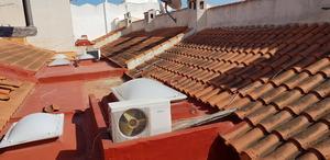 Vissa ombyggnader kan vara dåligt gjorda, som här där man måste gå på takteglet för att komma till sin takterrass.