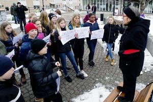 Kin Schönning med elever från Perslundaskolan.