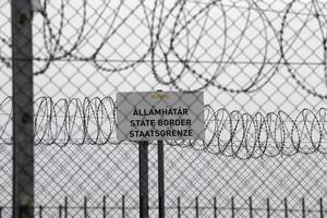 Om det i mänskliga rättigheter ingår att få söka asyl från förföljelse och krig är det väl rimligt att EU-länder solidariskt tar emot människor som flyr för sina liv? Ska Ungern, Polen och andra lasta över uppgiften på övriga, frågar Mats Wilzén. Foto: Darko Vojinovic, TT.
