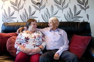 Birgitta och Sten Häggmark tror att receptet på lång kärlek, är att ha roligt tillsammans.