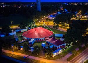 Tältat kan ta in 1 300 sittande besökare. Foto: Cirkus Brazil Jack.