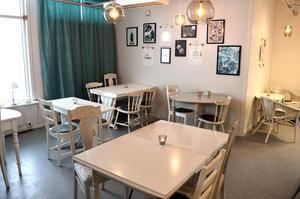 Rebecka Hellsen har inrett kaféet på egen hand. Möblerna är inköpta på loppis. De har målats och fixats till.