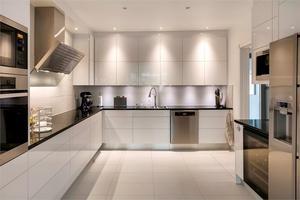 Ett modernt kök med rejält svängrum ingår i köpet på förra veckans mest klickade hus på fastighetssajten Hemnet. Foto: Fastighetsbyrån.