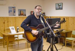 Hans-Erik Jansson bjöd på sång och musik vid SPF Utrikes novembermöte. Foto: Karin Haxner