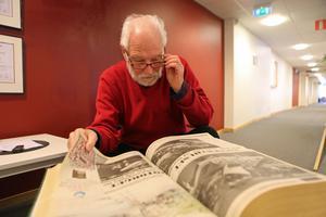 Arkitekten Gunnar Bäckman tittar på en artikel i Länstidningen från 1986 om planerna som han själv var med och tog fram.