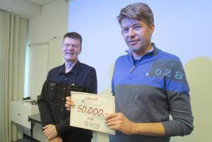 Patientföreningen ILCO i Jämtland överlämnade en gåva till Jämtlands läns cancer- och omvårdnadsfond. Överläkare Olle Sjöström, till vänster, som är ledamot i fonden tog tacksamt emot gåvan. Till höger i bilden ILCO-föreningens ordförande Mats Sjödin. Foto: Inger Breil