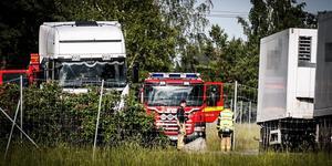 Räddningstjänsten ryckte ut, men behövde inte hjälpa till med släckningsarbetet  när däck på ett lastbilssläp, som syn till höger i bilden, fattade eld.