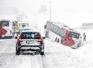När snöoväder orsakar trafikkaos är det viktigt att räddningstjänst kan komma fram. / Arkivbild
