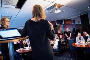 Chefredaktören Karin Näslund och sportreportern Anna Svedberg hälsade publiken på plats.