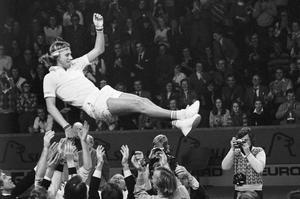 Björn Borg hissas efter segern mot forna Tjeckoslovakien i Davis Cup 1975. Tre år tidigare hade han fått Telgebragden.