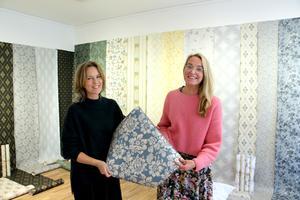 Blått är populärt. Maria Bryngemark och Anna Jonsson i ateljén med den senaste kollektionen på väggarna.