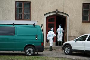 Kriminalteknikerna påbörjar sitt arbete i huset på Ekängsvägen där det brann tre gånger under valborgsmässoaftonen.